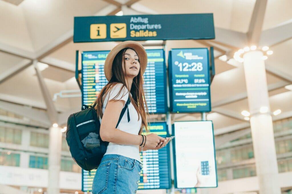 ミニマリストの女性ひとり旅。荷物は徐々に減らしていこう。