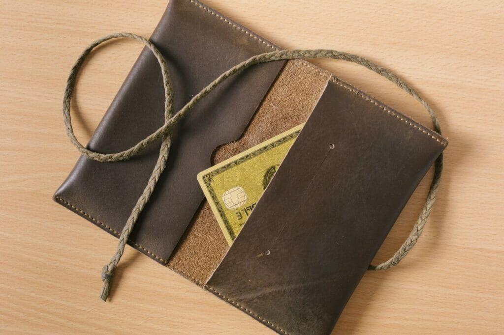 外資系ビジネスマンのキーアイテム「カードケース&マネークリップ」もミニマリストの男性の財布にぴったり